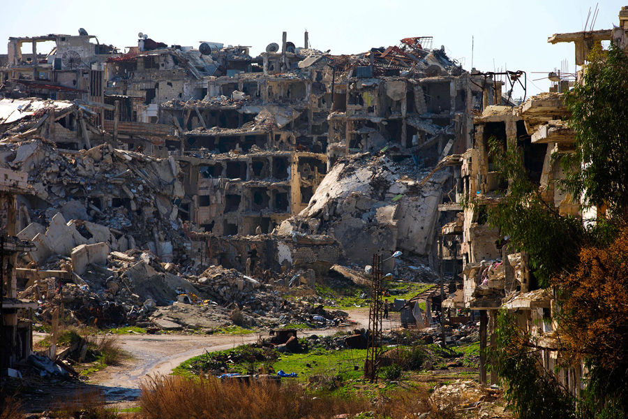 Сириец ходит по разрушенной части старого города Хомс, Сирия, 26 февраля 2016 года.