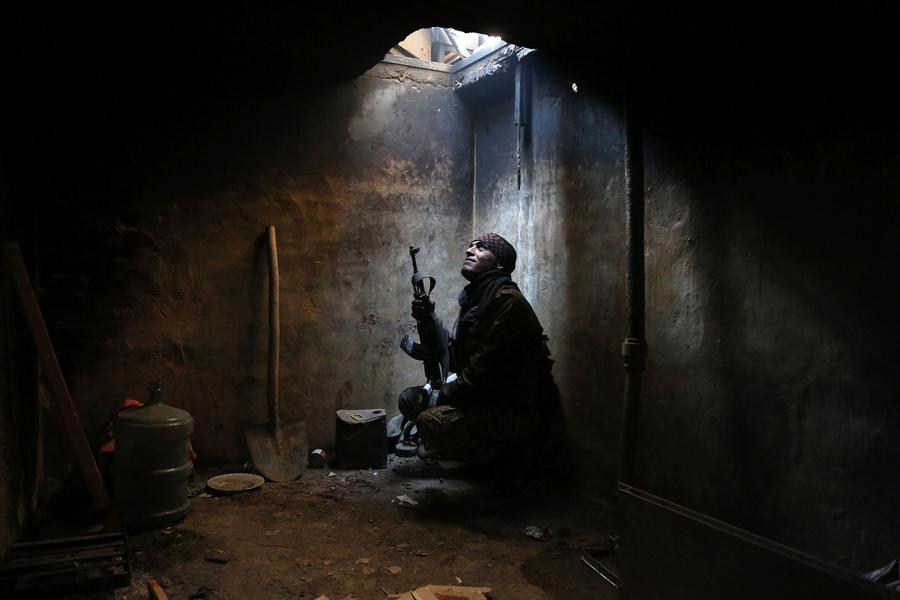 Один из боевиков на окраине сирийской столицы Дамаск, 29 января 2016 года.