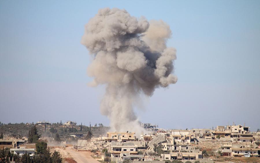 Дым после воздушных ударов по сирийским правительственным войскам в удерживаемых повстанцами районе Дараа на юге Сирии, 17 февраля 2016 года.