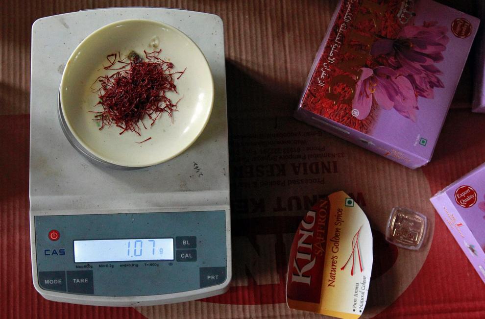 Взвешивание высушенного шафрана перед запаковыванием.