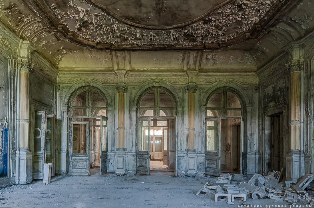 Мраморный зал со стеклянным потолком