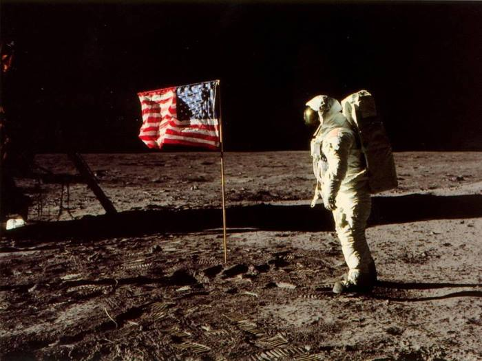 Американский космонавт на Луне