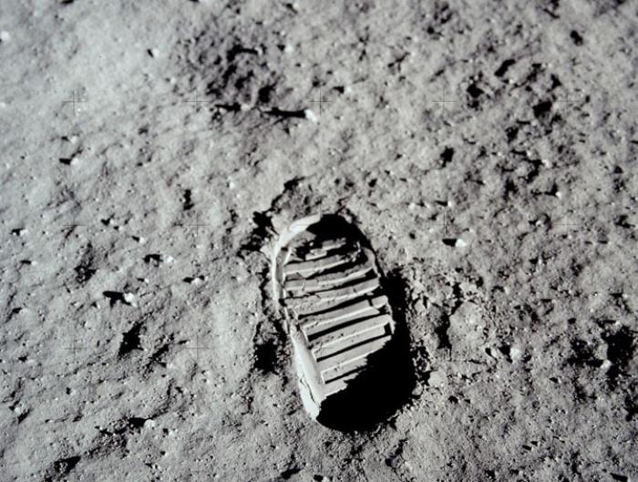 Лунная поверхность со следом астронавта