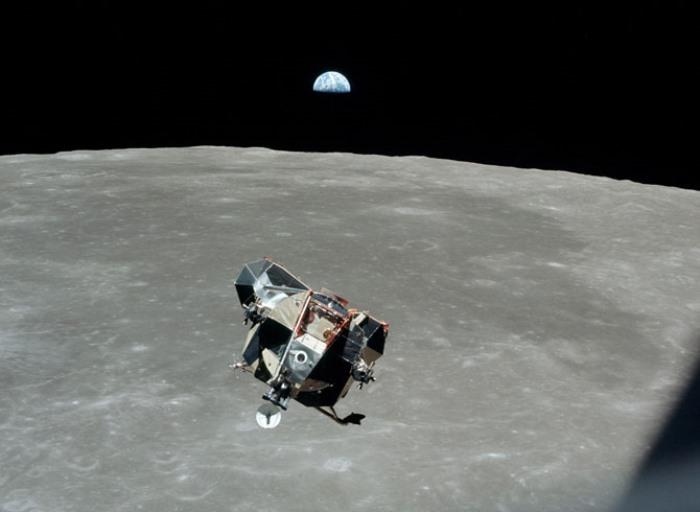 Лунный модуль оторвался от поверхности Луны