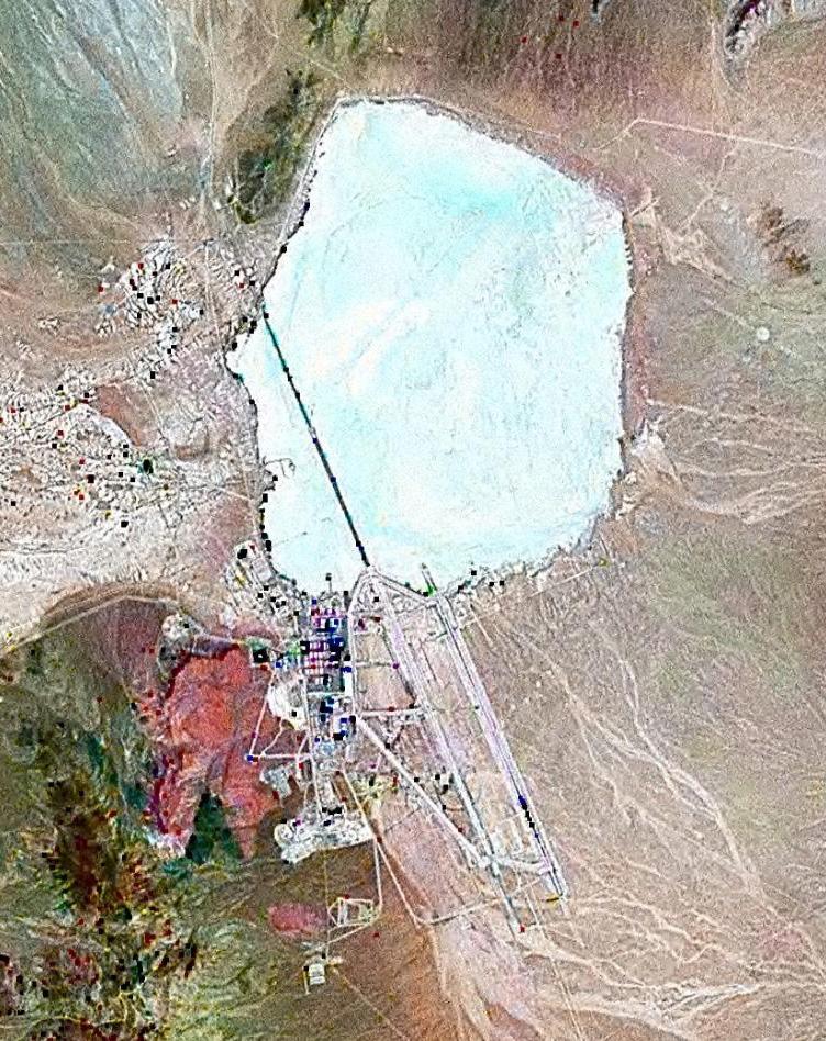 Снимок со спутника Зоны 51. На северо-востоке от неё — сухое озеро Грум-Лейк