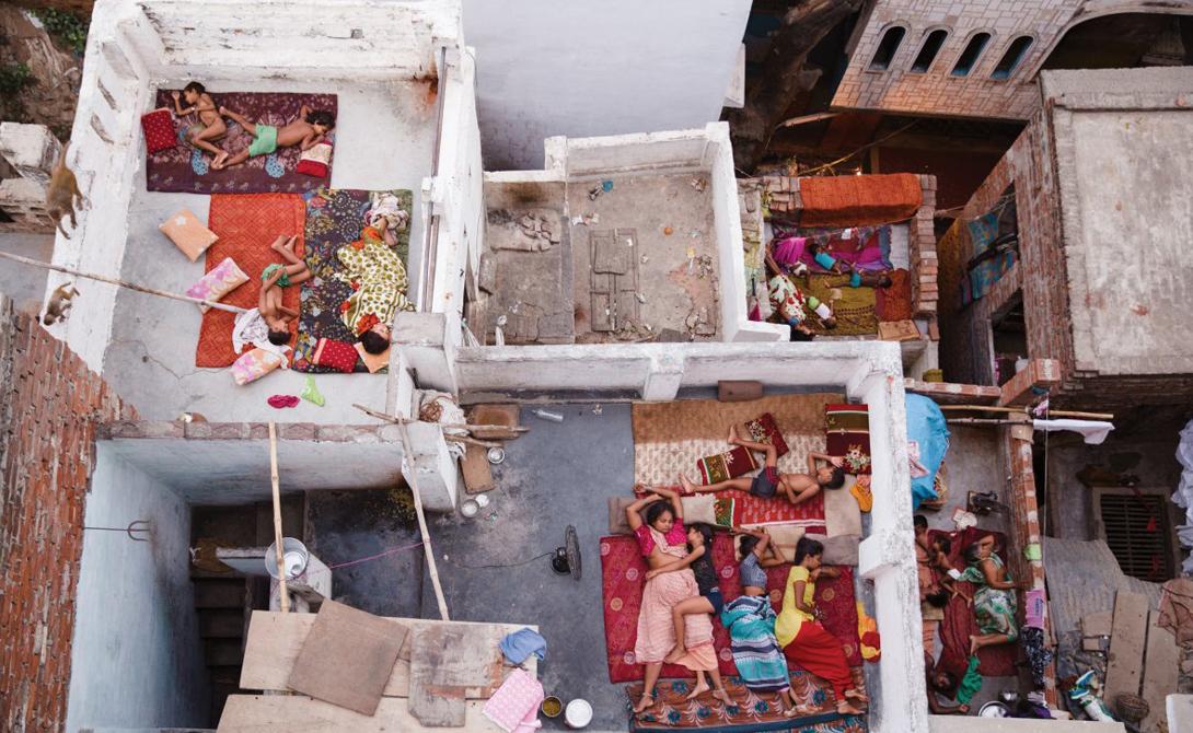 Жители в Варанаси, Индия, спят на крышах домов, чтобы сбежать от высокой температуры.