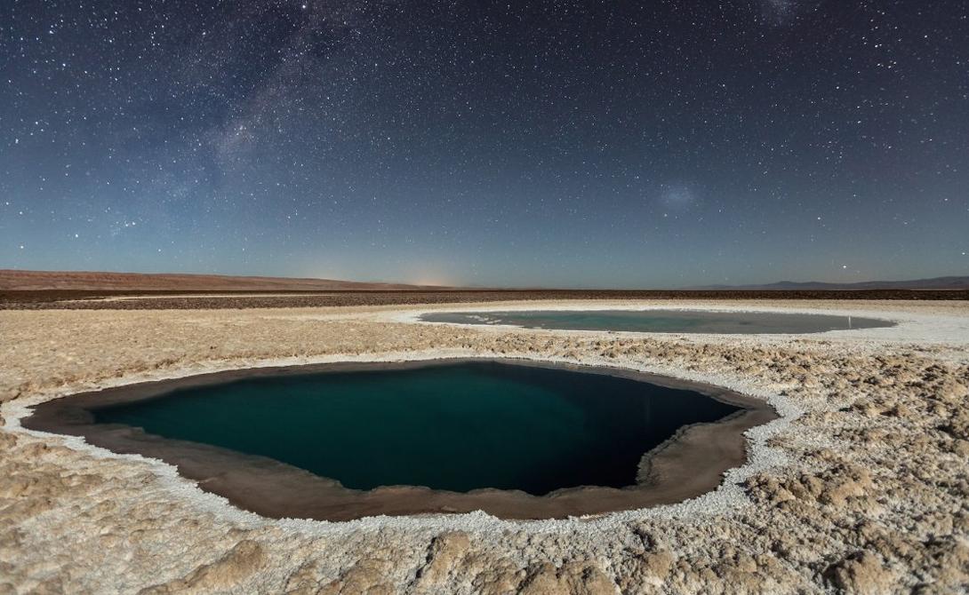 Лунный свет играет на поверхности скрытых озер. Эти водоемы расположены в пустыне Атакама, на севере Чили.