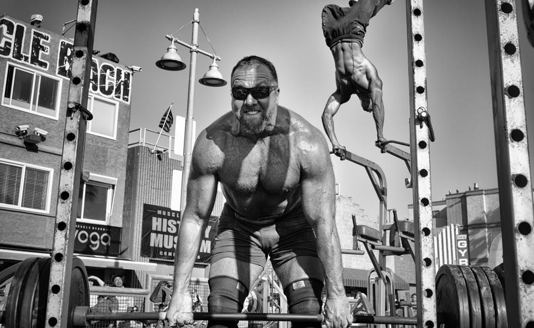 Тяжелоатлет занимается прямо на пляже. Винайс Бич, Калифорния.