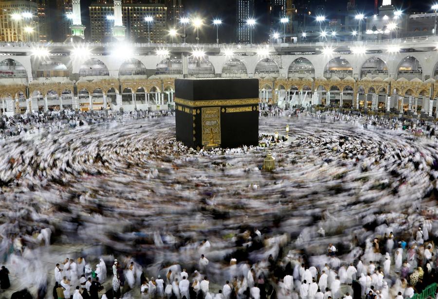 Мусульмане собираются вокруг Каабы внутри большой мечети во время священного поста Рамадан в Мекке, Саудовская Аравия, 8 июня 2016 года.