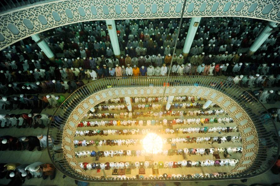 Тысячи мусульман посещают специальную молитву в Jumatul Wida, во время Рамадана в Дакке, Бангладеш, 1 июля 2016 года.