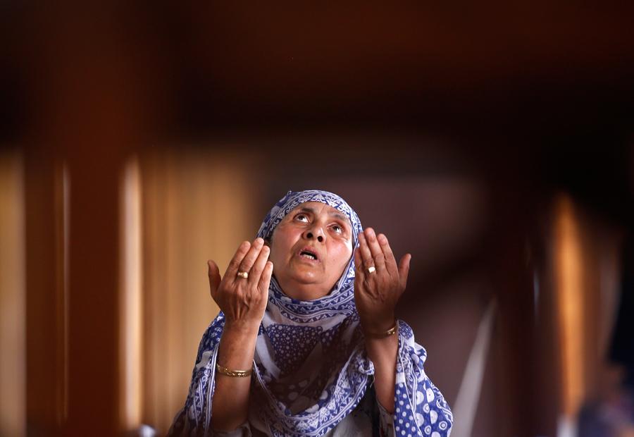 Мусульманская женщина молится внутри Джамия Масджида во время священного месяца Рамадан в Сринагаре, 15 июня 2016 года.