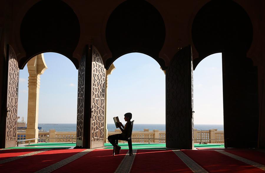 Палестинская молодежь читает Коран, 9 июня 2016 года.