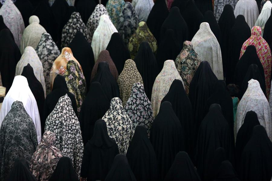 Иранские женщины молятся в мечети шиитского святого Абдулазиз во время священного для мусульман поста Рамадан в Shahr-e-Ray, к югу от Тегерана, Иран, 12 июня 2016 года.
