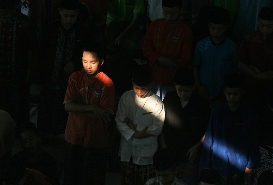 Студенты молятся в первый день священного месяца Рамадан в школе-интернате в Медане, Северная Суматра, Индонезия, 6 июня 2016 года.