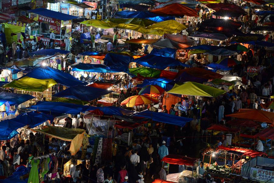 Индийские мусульмане собираются на рынке в старом городе Хайдарабад, 5-го июля 2016 года.