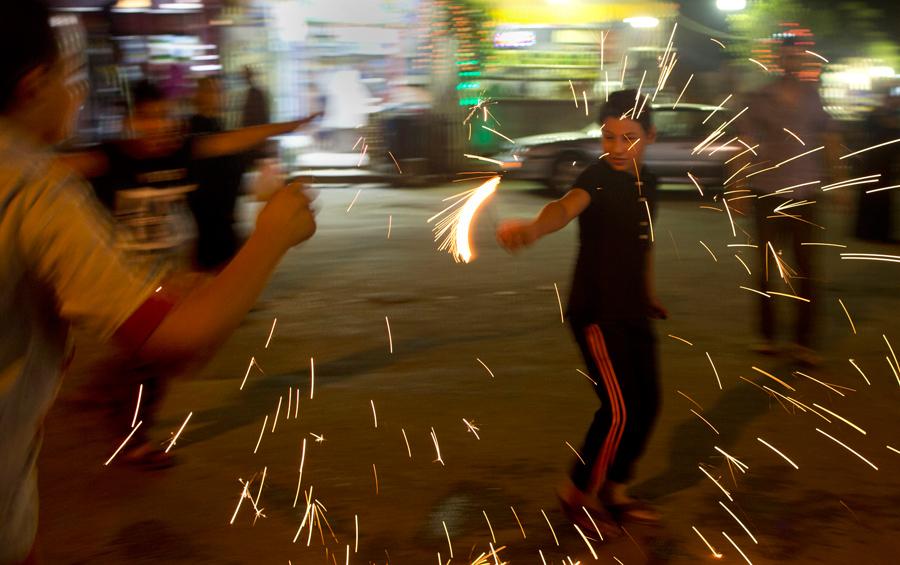 Египтяне играют с фейерверками, так они празднуют священный месяц Рамадан в Каире, Египет, 7 июня 2016 года.