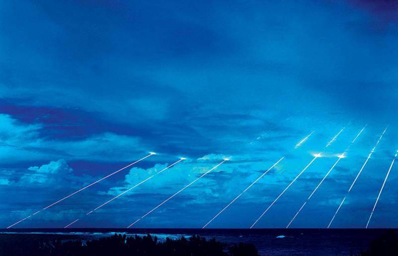 Ядерный дождь На снимке показано падение разделившихся боевых блоков американской ракеты МХ в районе полигона на атолле Кваджалейн в Тихом океане. Такое можно наблюдать только в ходе испытаний. Настоящие ядерные боеголовки до земли бы не долетели, подорвав заряд на высоте нескольких сотен метров.