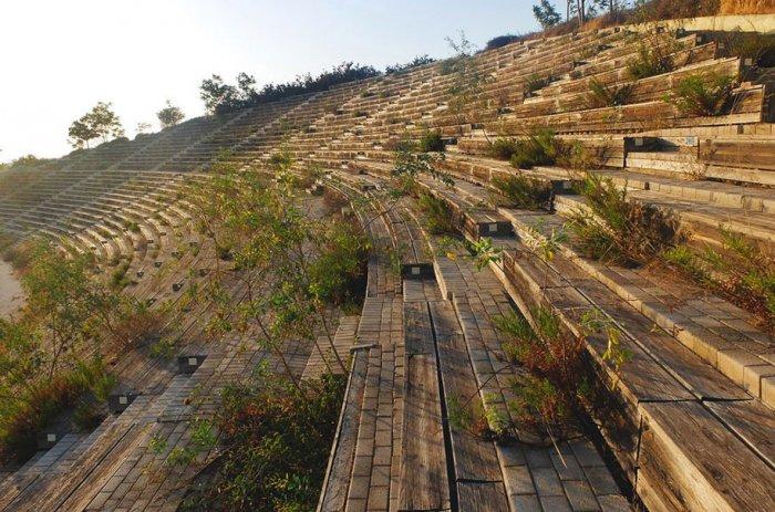Трибуны для зрителей соревнований на байдарках и каноэ и общая панорама комплекса в Афинах, Летние Олимпийские игры 2004 года.