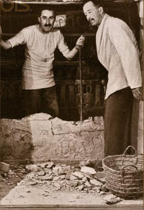Говард Картер и лорд Карнарвон во время вскрытия гробницы Тутанхамона