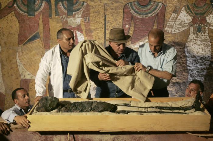 Перемещением мумии фараона Тутанхамона из его каменного саркофага