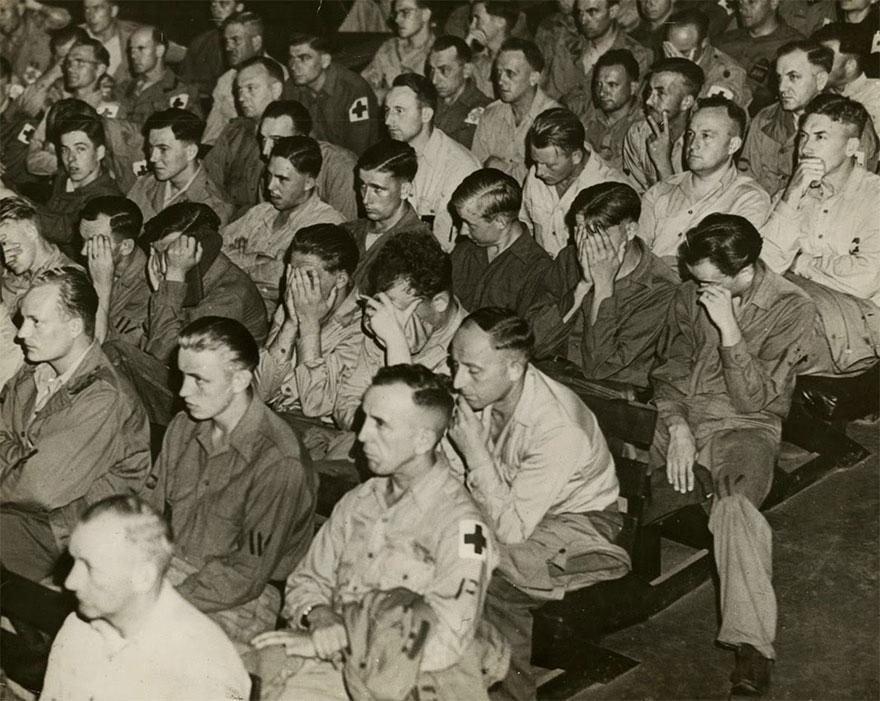 Реакция немецких солдат на просмотр видео о концлагерях, 1945г.