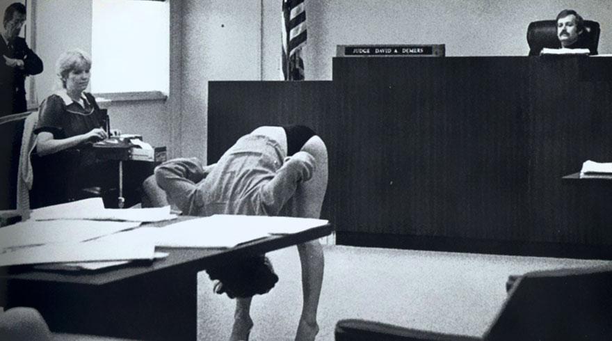 Экзотическая танцовщица демонстрирует, что ее нижнее белье было достаточно большим, что не могло служить поводом для ареста. Флорида