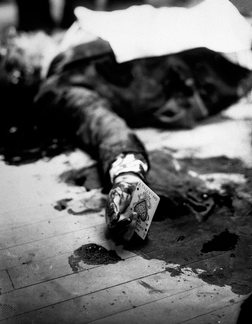 Босс мафии Джузеппе Массерия (Giuseppe Masseria) лежит мертвым на полу ресторана в Бруклине, 1931 г.