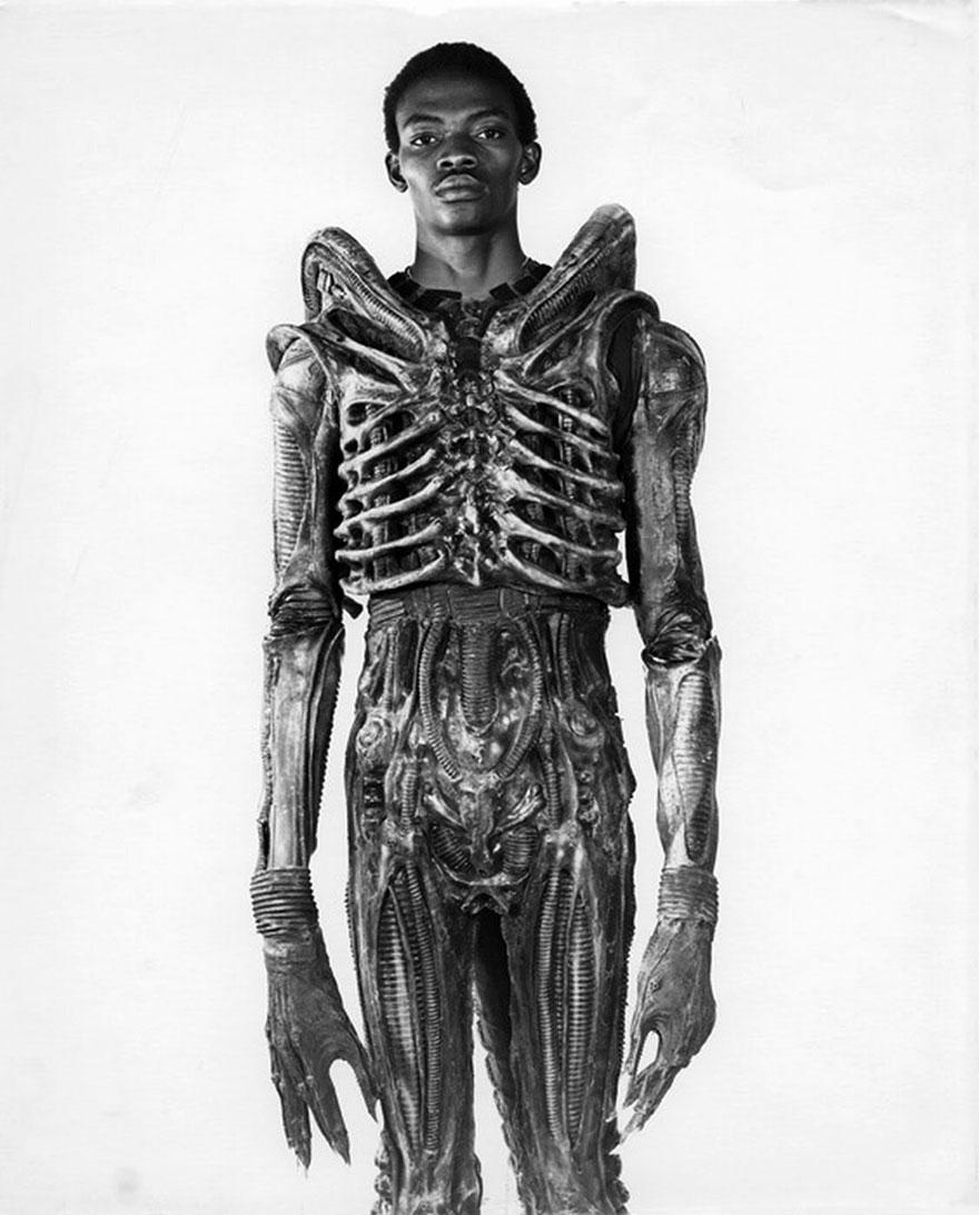 Студент из Нигерии Боладжи Бадеджо (Bolaji Badejo) ростом 210 см. Актер, одетый в костюм Чужого, 1978 г.