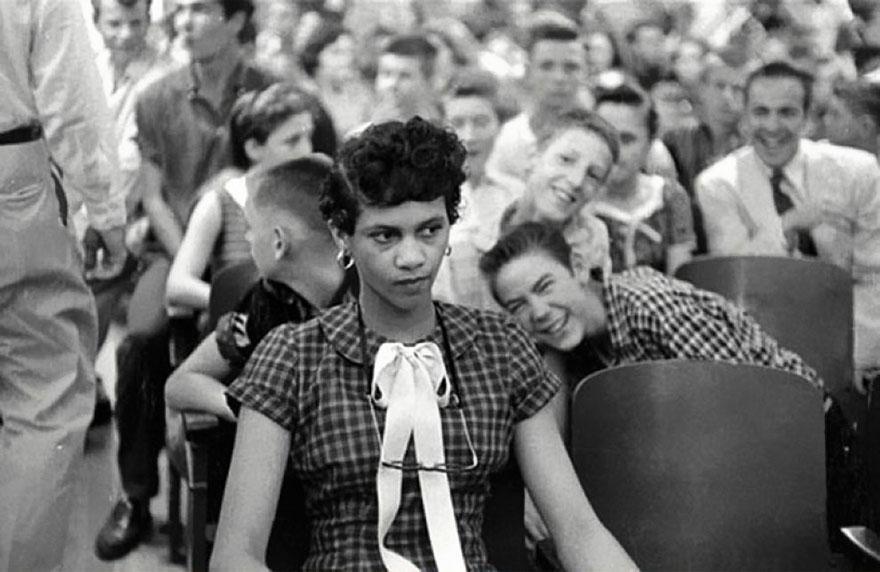 Первая черная девочка, которая поступила в школу для белых в Соединенных Штатах. 1957 год