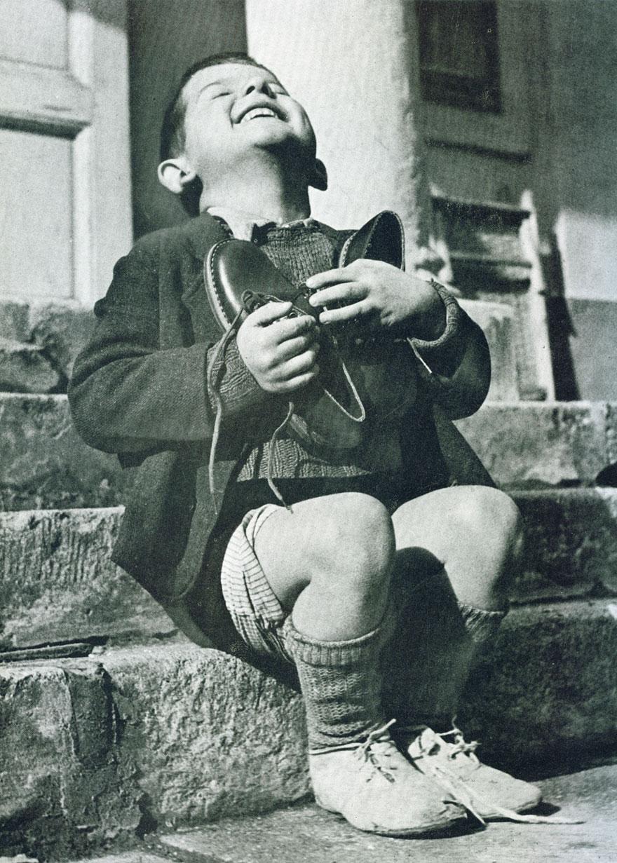 Мальчику подарили новые туфли во время Второй мировой войны