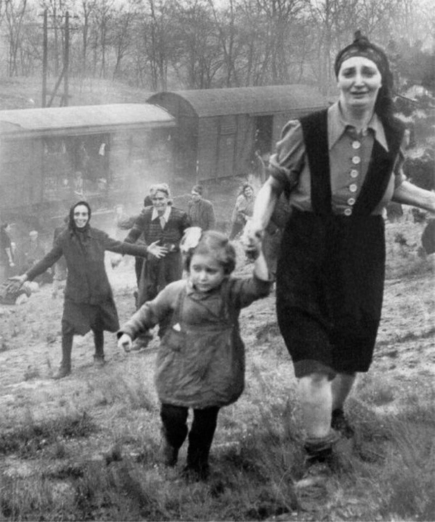 Еврейские заключенные после освобождения из поезда смерти, 1945г