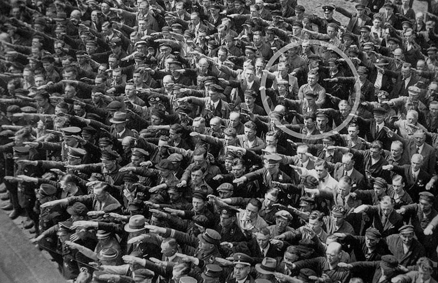 Человек в толпе отказался от участия в нацистском приветствии, 1936г