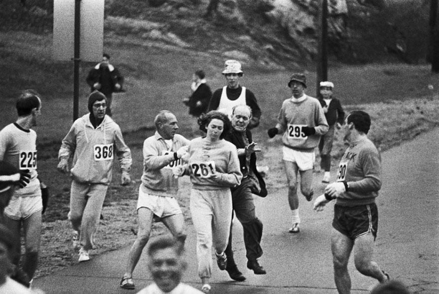 Организаторы пытаются остановить Катрин Швитцер, которая стала первой женщиной, закончившей Бостонский марафон. 1967
