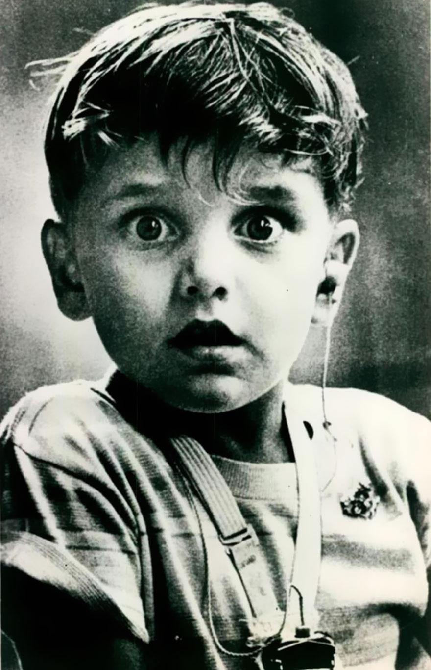 Гарольд Виттльз впервые услышал звук при помощи слухового аппарата, 1974 г