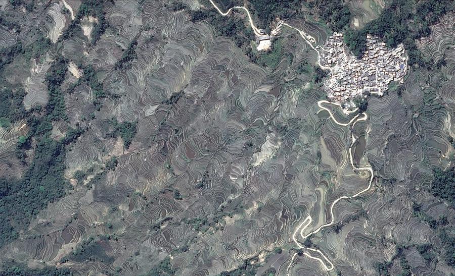 Вид со спутника Google, террасы на склоне рядом с деревней в китайской провинции Юньнань.