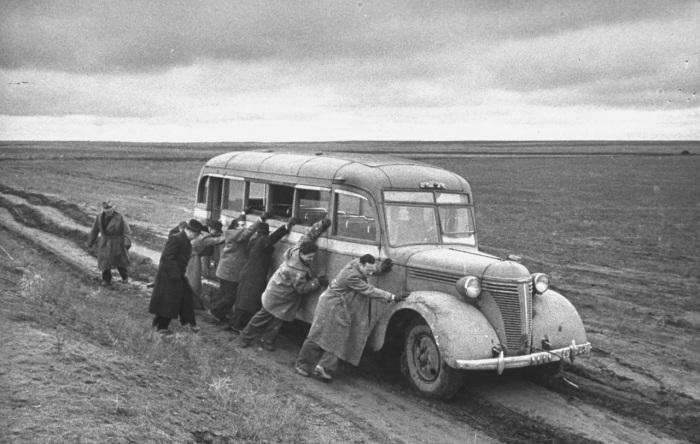 Толкающие автобус корреспонденты