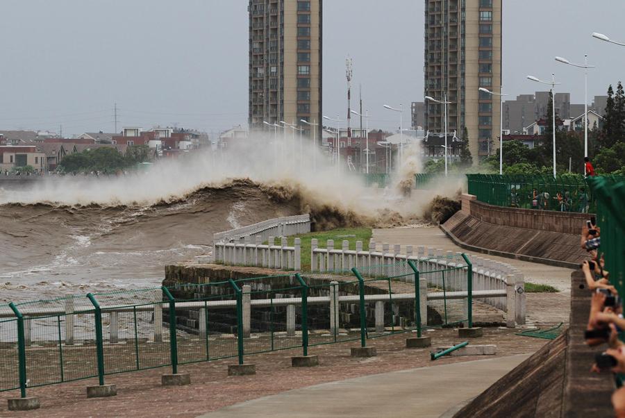 Приливная волна попадает в китайский банк, 22 августа 2013 г.