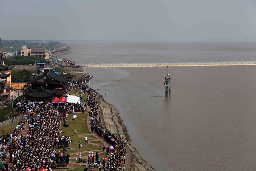 Более 660,000 зрителей выстраиваются в северном берегу реки Цяньтан, чтобы следить за ежегодным чудо приливом, 3 октября 2012 года.