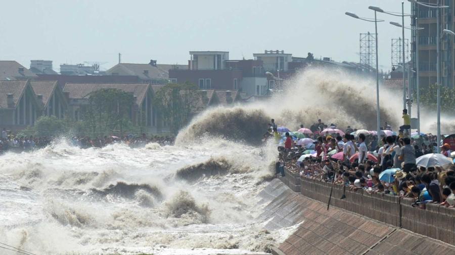 Волны обрушились на зрителей которые наблюдали прилив на реке Цяньтан, 31 августа 2011 года.