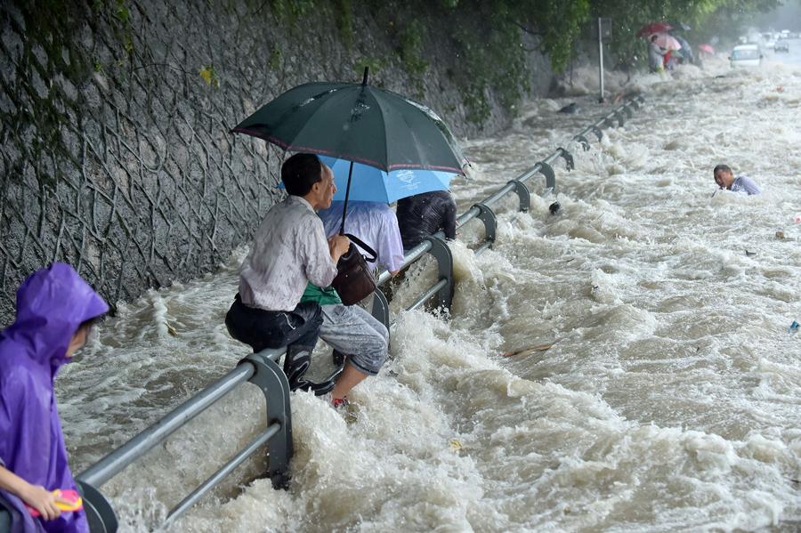 Народ охвачен огромными волнами принесенными тайфуном «Дуцзюань» (Dujuan) на реке Цяньтан, 29 сентября 2015 года.