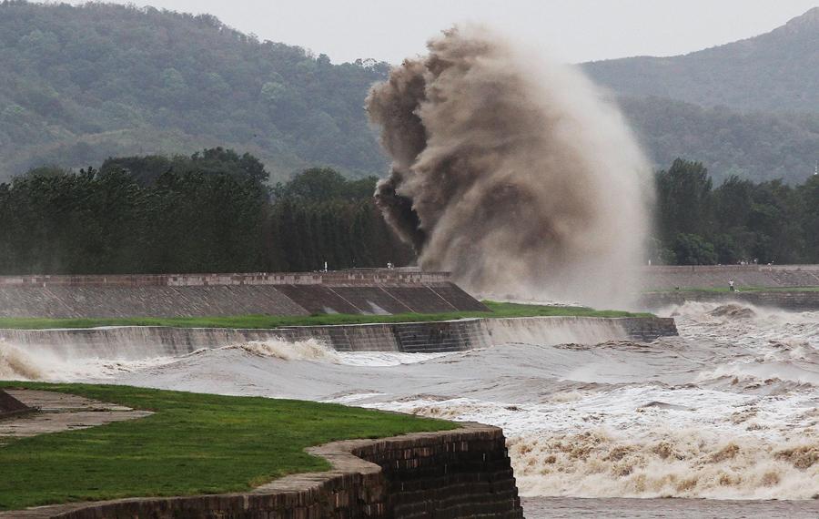 Красивый кадр, приливная волна взмывает вверх, 22 августа 2013 года.