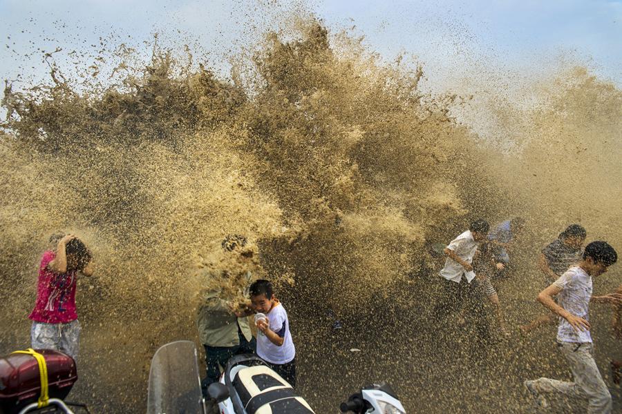 Зрители убегают от приливной волны, 25 августа 2013 г.