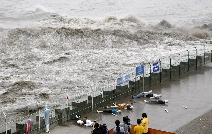 Манекены повалены приливом вдоль берегов реки Цяньтан в Ханчжоу, 25 сентября 2010. Манекены выступают в качестве предупреждения, чтобы туристы знали о приливах и отливах.