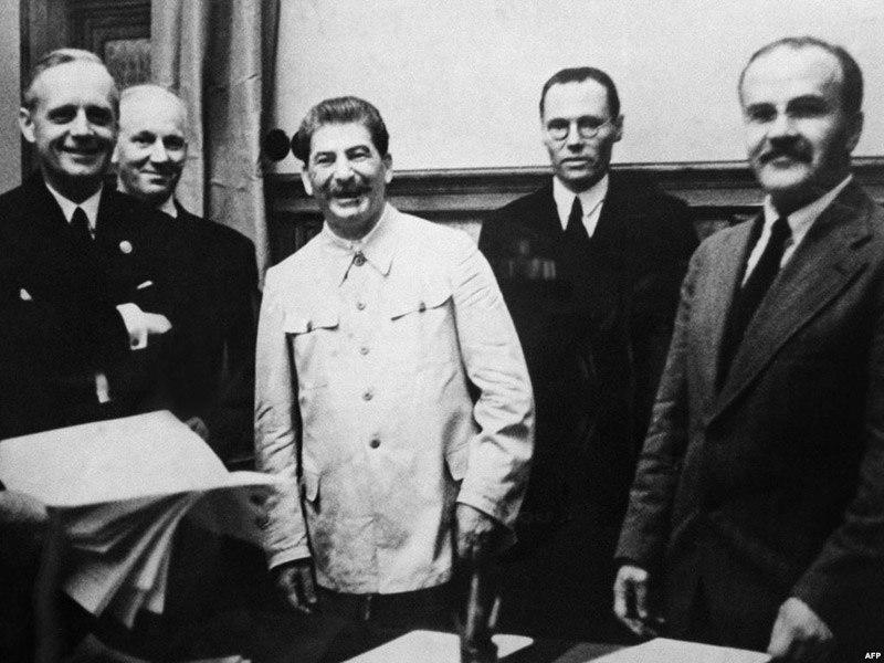 Подписанный пакт о ненападении Молотова-Риббентропа, заключенный в Москве 23 августа 1939 года.