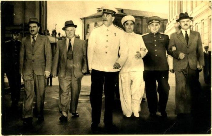 Слева-направо: Анастас Микоян, Никита Хрущев, Иосиф Сталин, Георгий Маленков, Лаврентий Берия, Вячеслав Молотов, Москва, 1946 год.
