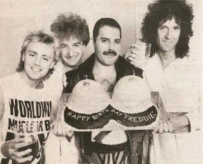 Фредди Меркьюри и «Queen»на дне рождении с тортом, 1980 год.