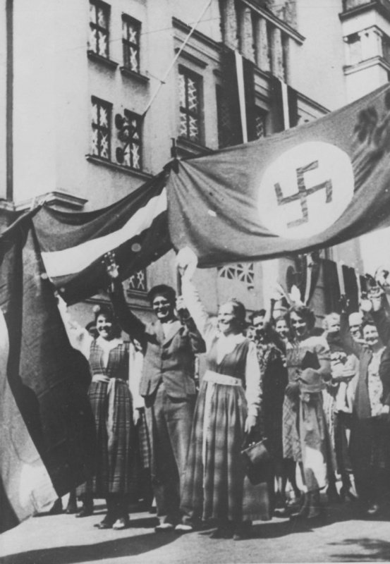 Рига приветствует гитлеровские войска, Латвия, 1941 год.