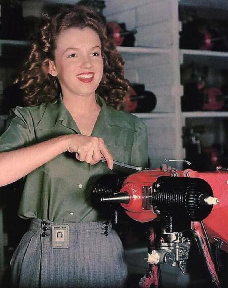"""Работница фабрики """"Van Nuys CA"""" Норма Джин Бейкер, которая позже станет известна всем как Мэрилин Монро."""