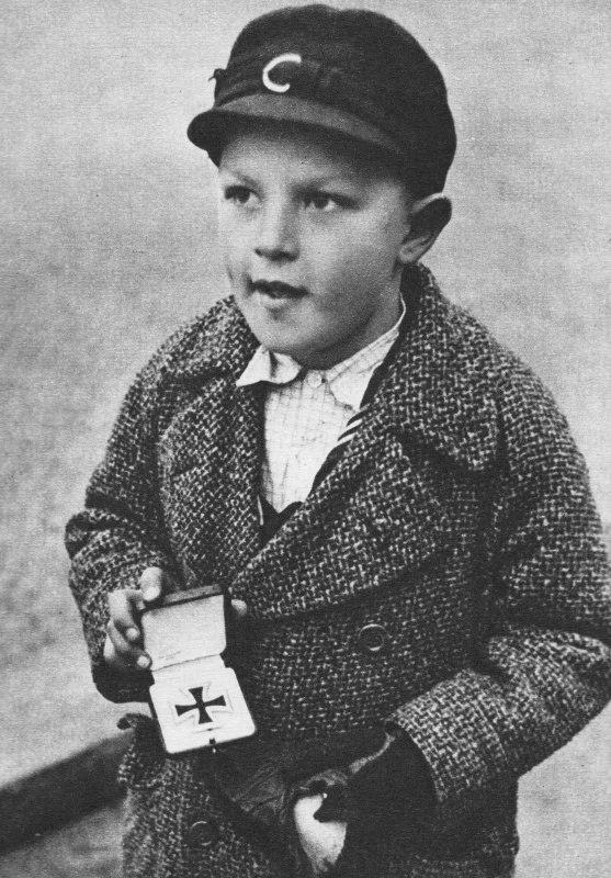 Немецкий мальчик хочет поменять Железный крест своего отца на еду, Берлин, 1945 год.