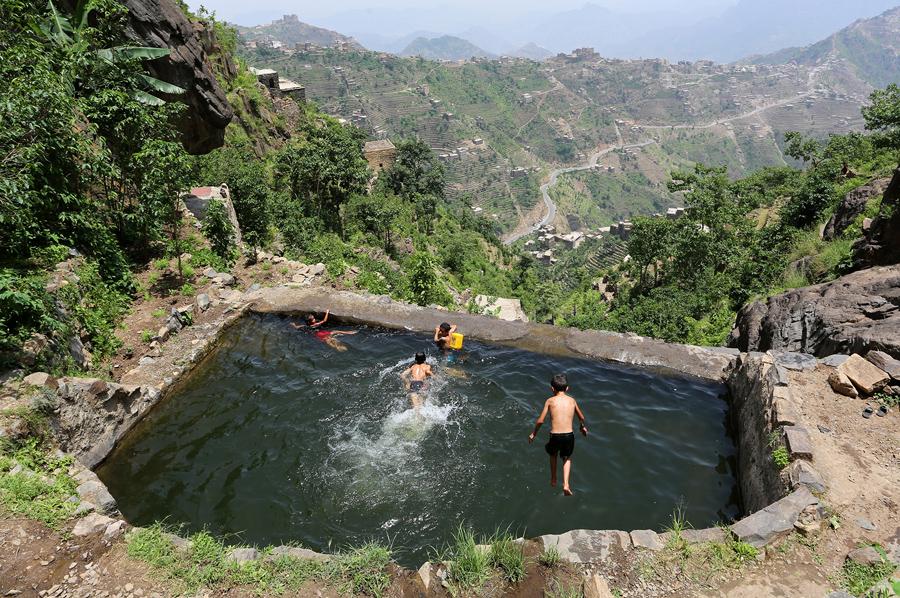Дети плавают в пруду в йеменских горах, 2 июня 2016 года.